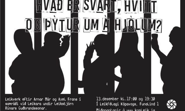 Hvað er svart, hvítt og þýtur um á hjólum?